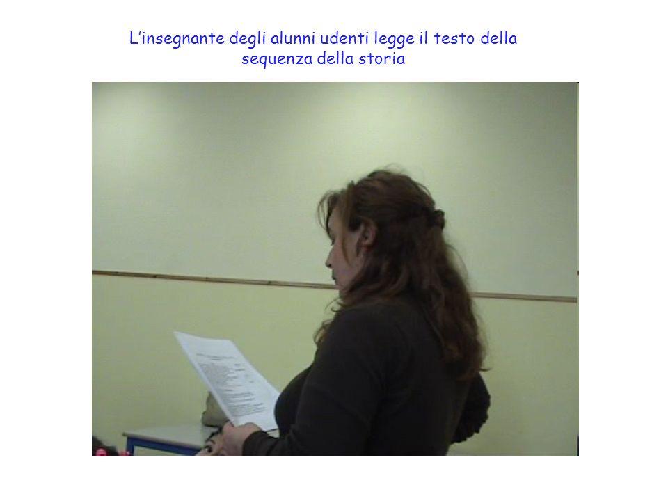 L'insegnante degli alunni udenti legge il testo della sequenza della storia