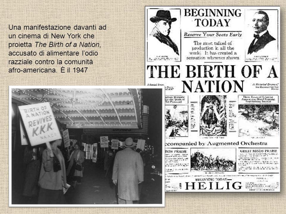 Una manifestazione davanti ad un cinema di New York che proietta The Birth of a Nation, accusato di alimentare l'odio razziale contro la comunità afro-americana.