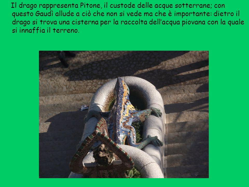 Il drago rappresenta Pitone, il custode delle acque sotterrane; con questo Gaudì allude a ciò che non si vede ma che è importante: dietro il drago si trova una cisterna per la raccolta dell'acqua piovana con la quale si innaffia il terreno.