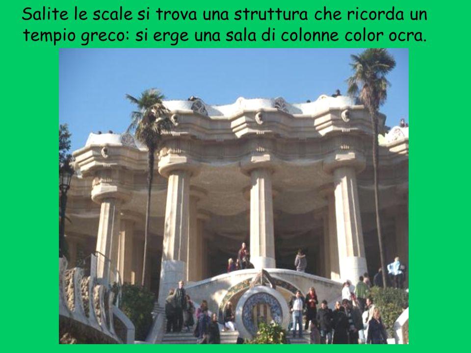 Salite le scale si trova una struttura che ricorda un tempio greco: si erge una sala di colonne color ocra.