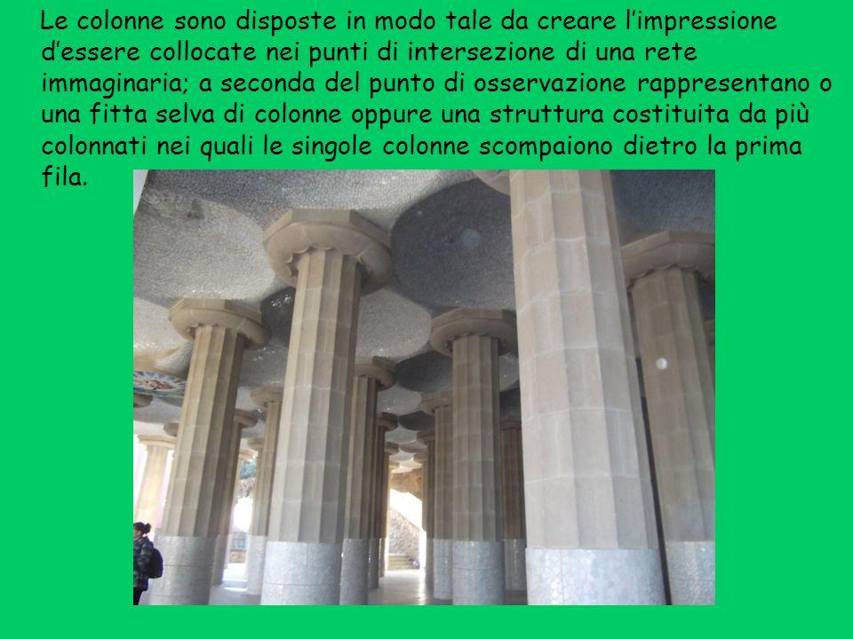 Le colonne sono disposte in modo tale da creare l'impressione d'essere collocate nei punti di intersezione di una rete immaginaria; a seconda del punto di osservazione rappresentano o una fitta selva di colonne oppure una struttura costituita da più colonnati nei quali le singole colonne scompaiono dietro la prima fila.
