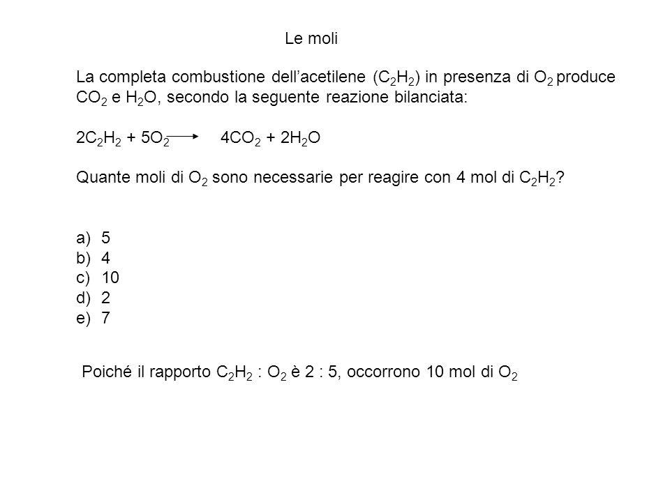 Le moli La completa combustione dell'acetilene (C2H2) in presenza di O2 produce. CO2 e H2O, secondo la seguente reazione bilanciata: