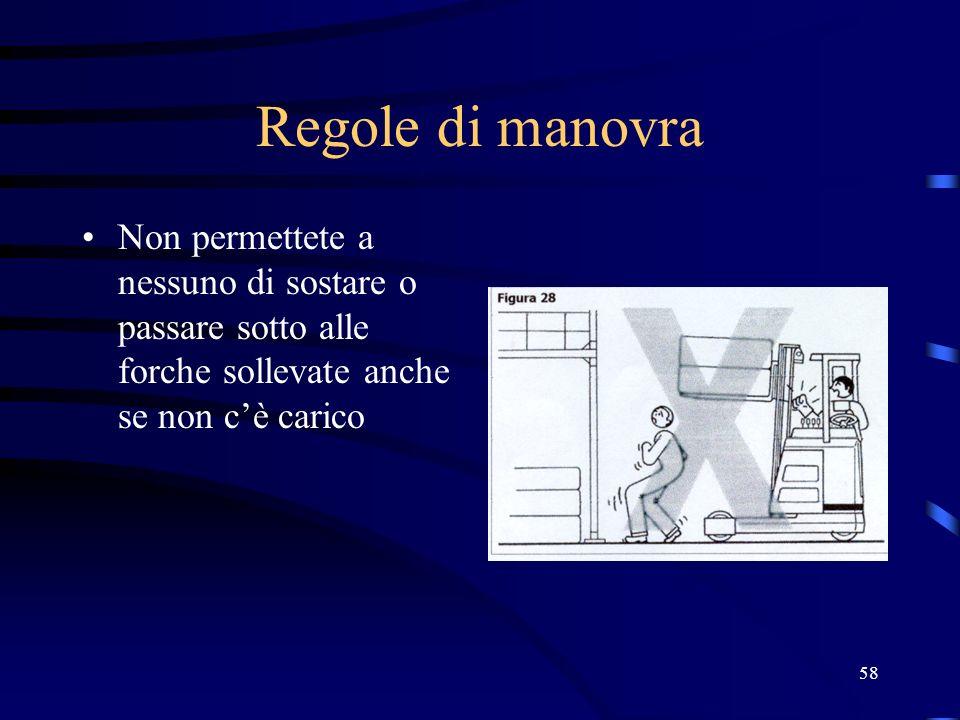 Regole di manovra Non permettete a nessuno di sostare o passare sotto alle forche sollevate anche se non c'è carico.
