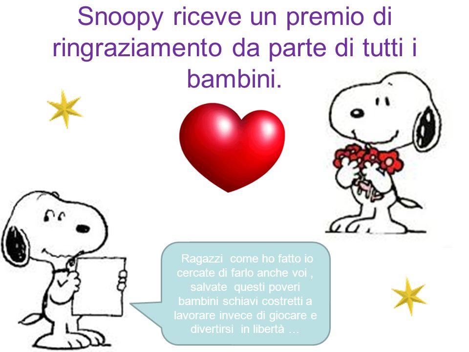 Snoopy riceve un premio di ringraziamento da parte di tutti i bambini.