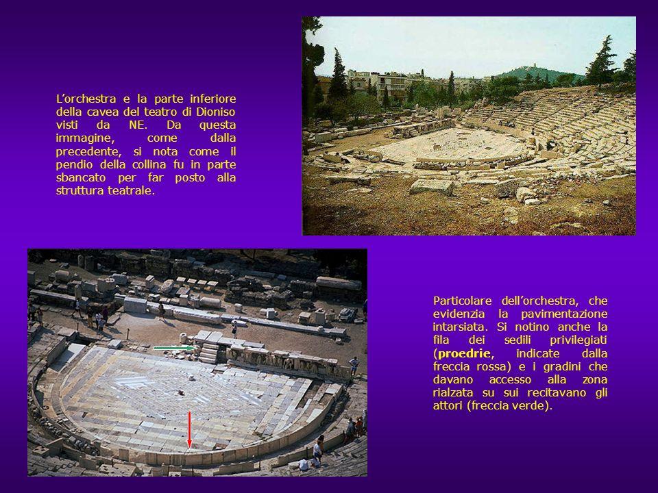 L'orchestra e la parte inferiore della cavea del teatro di Dioniso visti da NE. Da questa immagine, come dalla precedente, si nota come il pendio della collina fu in parte sbancato per far posto alla struttura teatrale.