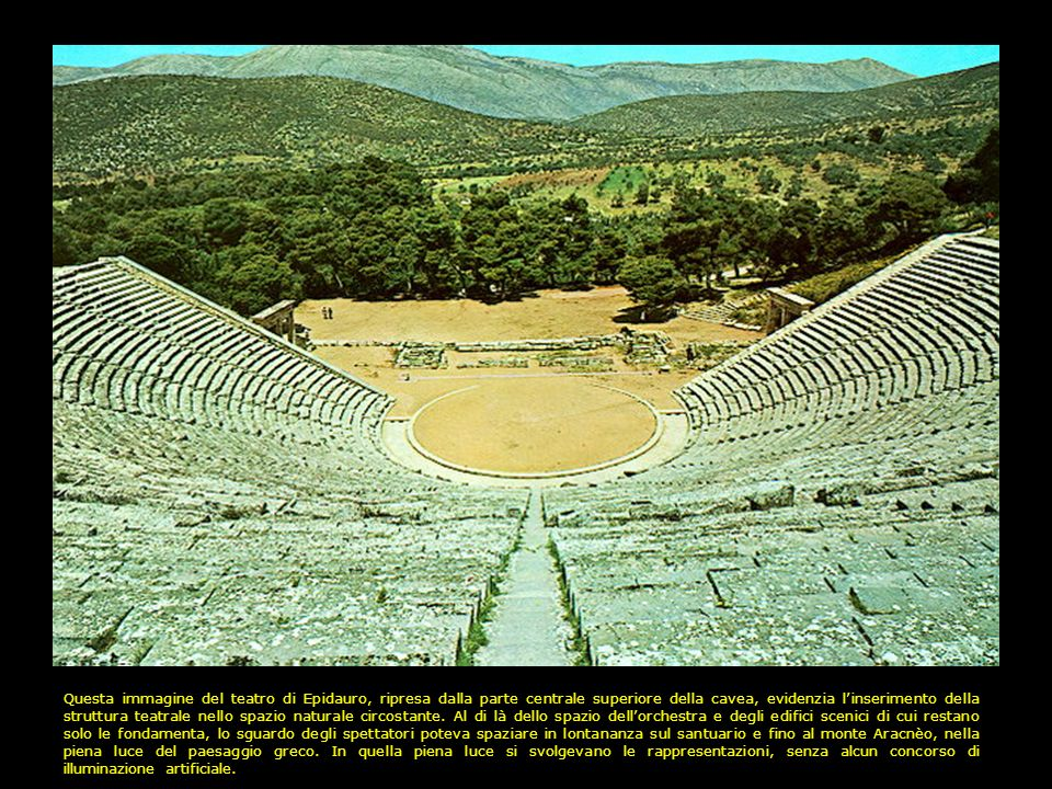Questa immagine del teatro di Epidauro, ripresa dalla parte centrale superiore della cavea, evidenzia l'inserimento della struttura teatrale nello spazio naturale circostante.