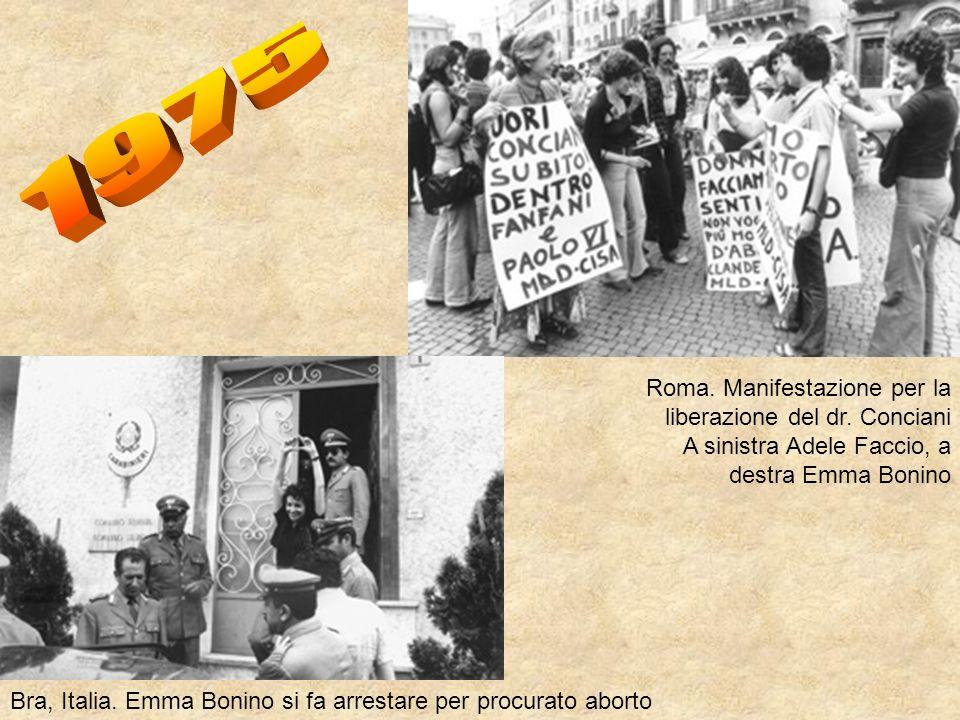 1975 Roma. Manifestazione per la liberazione del dr. Conciani A sinistra Adele Faccio, a destra Emma Bonino.