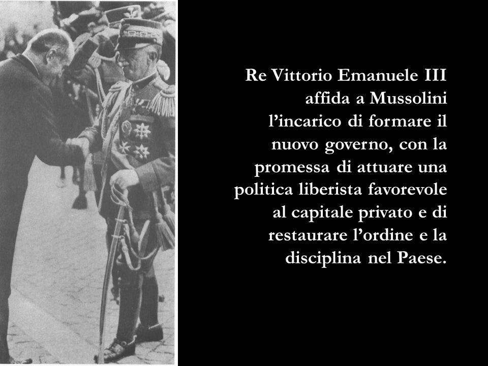 Re Vittorio Emanuele III affida a Mussolini l'incarico di formare il nuovo governo, con la promessa di attuare una politica liberista favorevole al capitale privato e di restaurare l'ordine e la disciplina nel Paese.