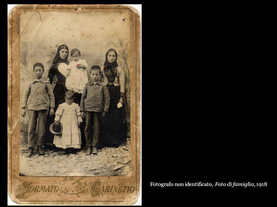 Fotografo non identificato, Foto di famiglia, 1918