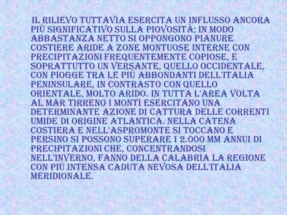 Il rilievo tuttavia esercita un influsso ancora più significativo sulla piovosità; in modo abbastanza netto si oppongono pianure costiere aride a zone montuose interne con precipitazioni frequentemente copiose, e soprattutto un versante, quello occidentale, con piogge tra le più abbondanti dell Italia peninsulare, in contrasto con quello orientale, molto arido.