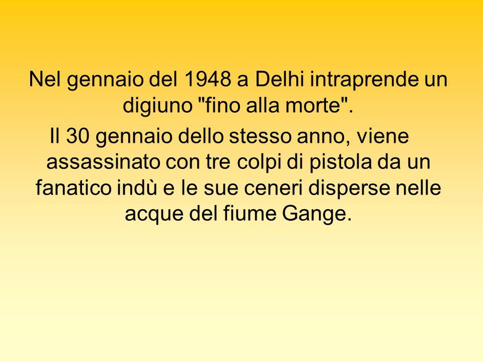Nel gennaio del 1948 a Delhi intraprende un digiuno fino alla morte .
