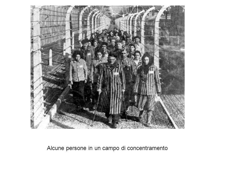 Alcune persone in un campo di concentramento
