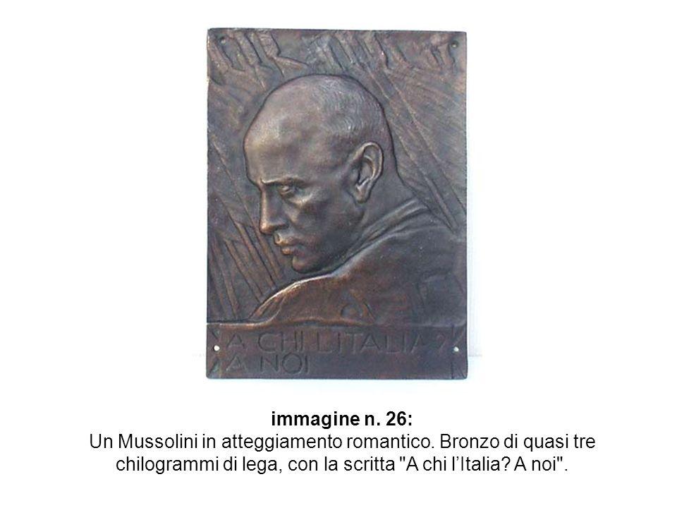 immagine n. 26: Un Mussolini in atteggiamento romantico.
