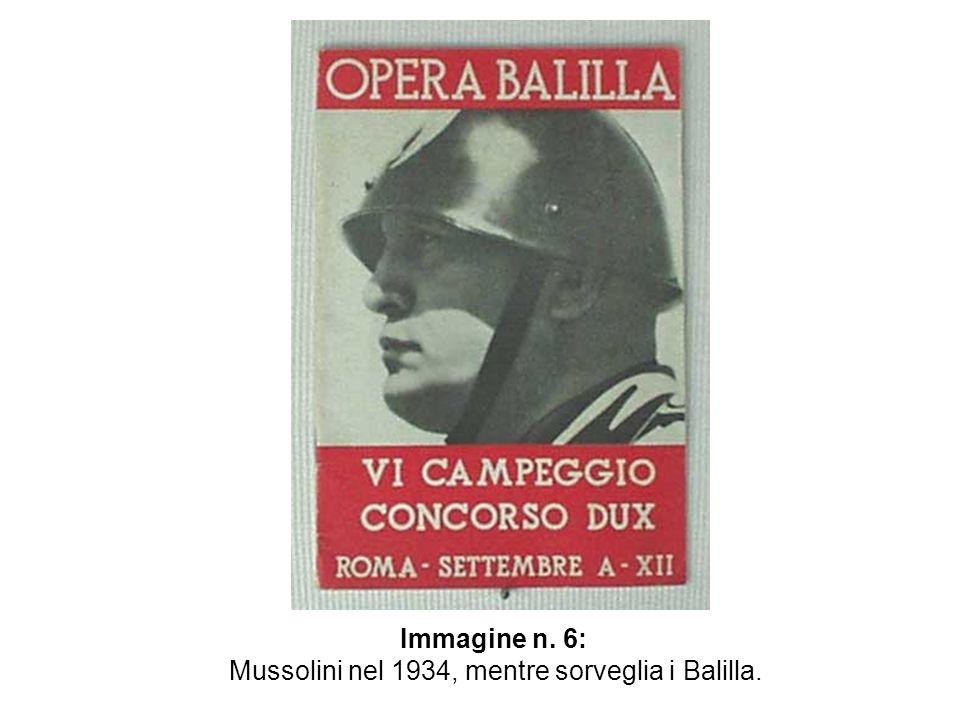 Mussolini nel 1934, mentre sorveglia i Balilla.