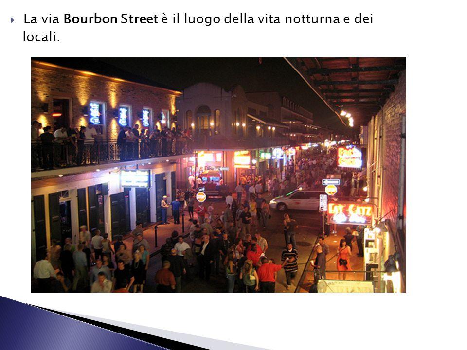 La via Bourbon Street è il luogo della vita notturna e dei