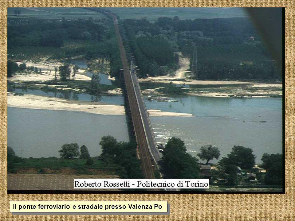 Il ponte ferroviario e stradale presso Valenza Po