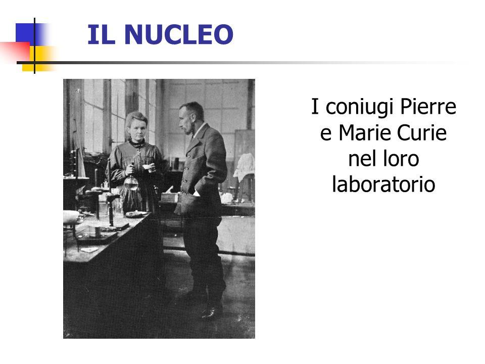 I coniugi Pierre e Marie Curie nel loro laboratorio