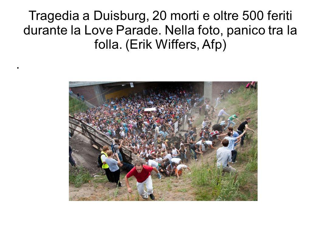 Tragedia a Duisburg, 20 morti e oltre 500 feriti durante la Love Parade. Nella foto, panico tra la folla. (Erik Wiffers, Afp)