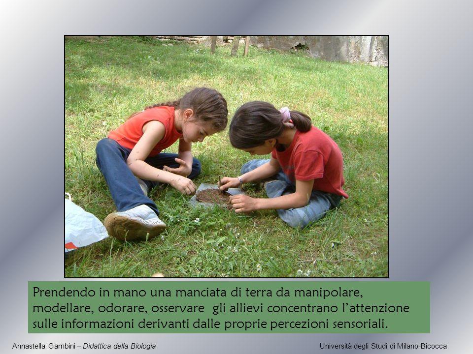 Prendendo in mano una manciata di terra da manipolare, modellare, odorare, osservare gli allievi concentrano l'attenzione sulle informazioni derivanti dalle proprie percezioni sensoriali.
