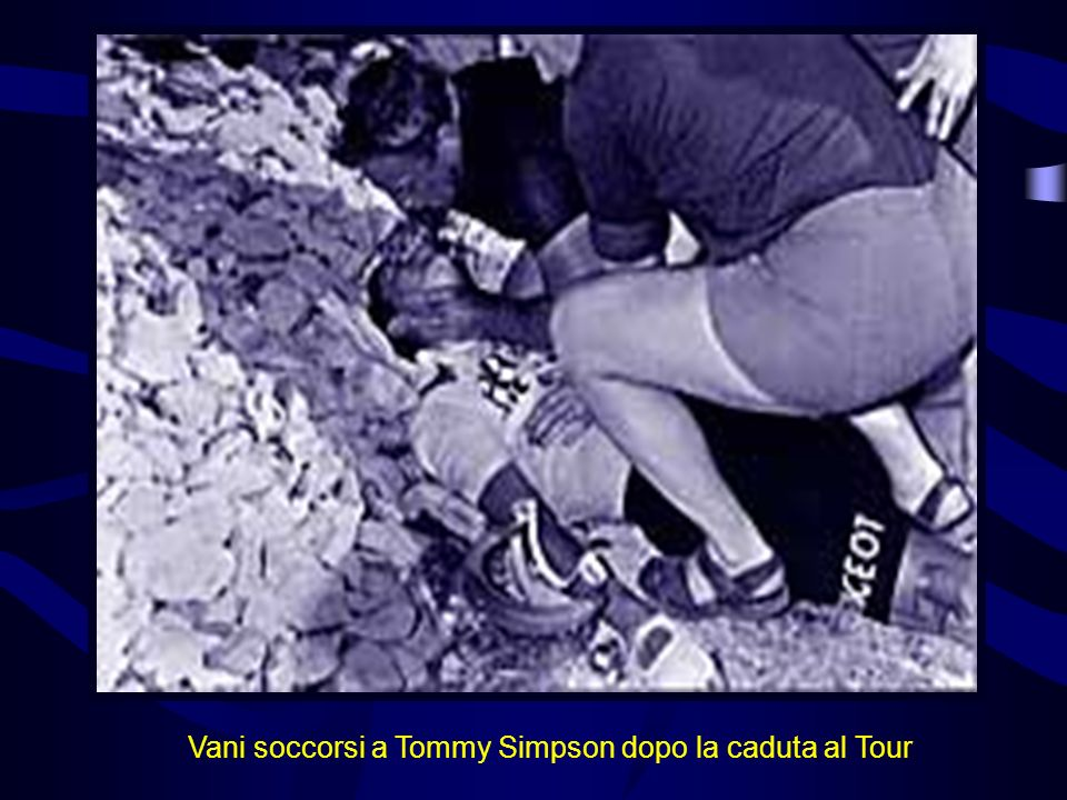 Vani soccorsi a Tommy Simpson dopo la caduta al Tour