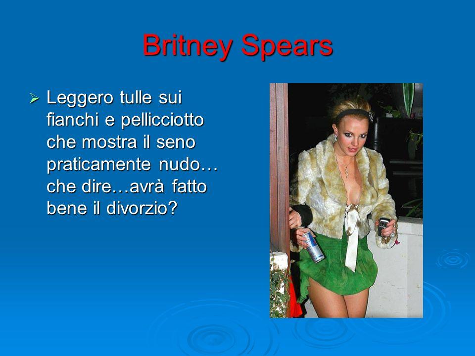 Britney Spears Leggero tulle sui fianchi e pellicciotto che mostra il seno praticamente nudo… che dire…avrà fatto bene il divorzio
