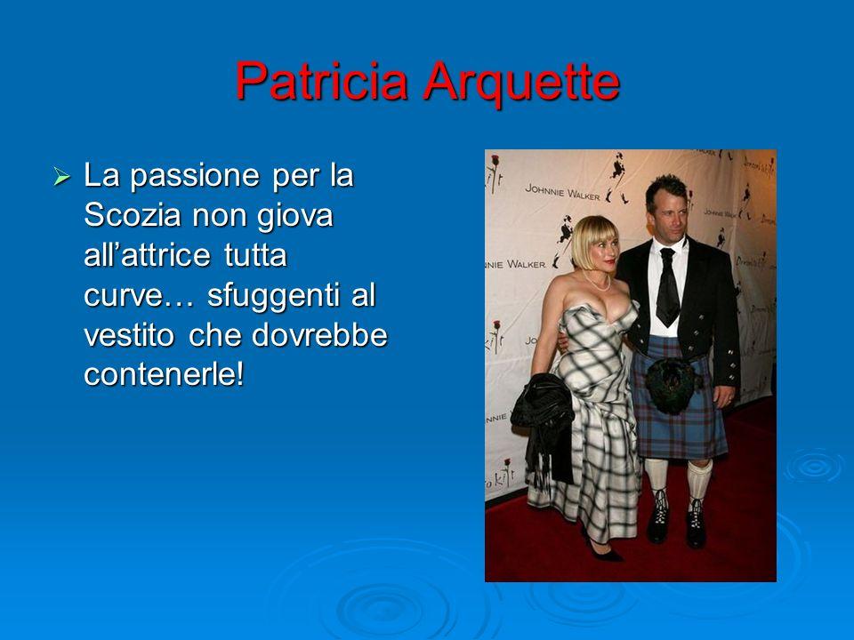 Patricia ArquetteLa passione per la Scozia non giova all'attrice tutta curve… sfuggenti al vestito che dovrebbe contenerle!