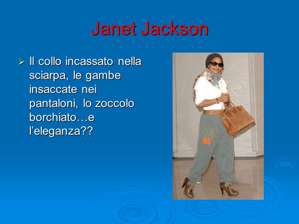 Janet Jackson Il collo incassato nella sciarpa, le gambe insaccate nei pantaloni, lo zoccolo borchiato…e l'eleganza