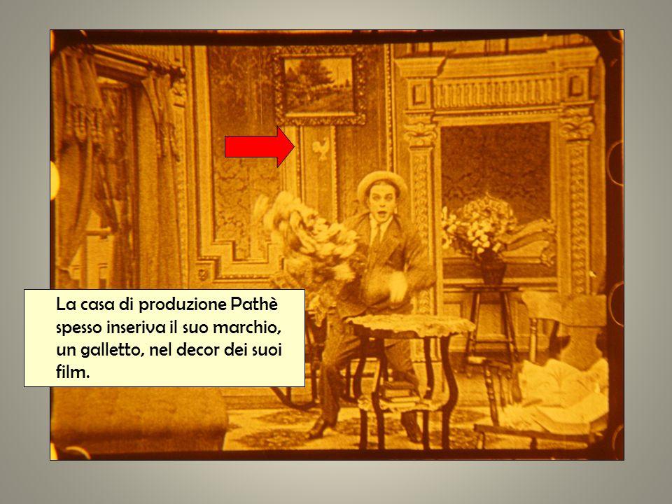 La casa di produzione Pathè spesso inseriva il suo marchio, un galletto, nel decor dei suoi film.