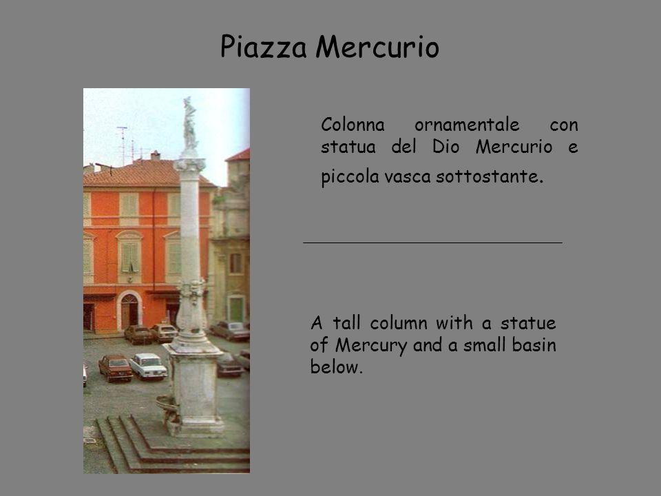 Piazza Mercurio Colonna ornamentale con statua del Dio Mercurio e piccola vasca sottostante.