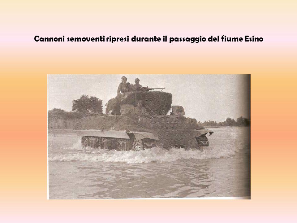 Cannoni semoventi ripresi durante il passaggio del fiume Esino