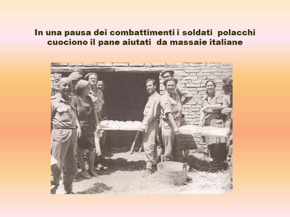 In una pausa dei combattimenti i soldati polacchi cuociono il pane aiutati da massaie italiane