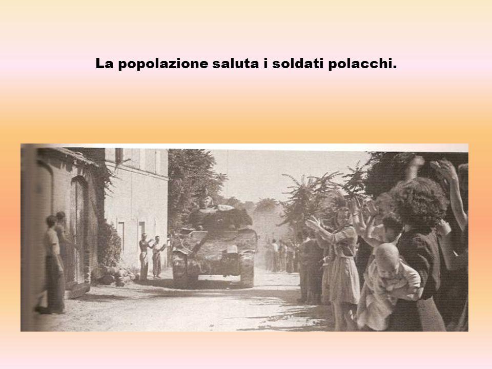 La popolazione saluta i soldati polacchi.
