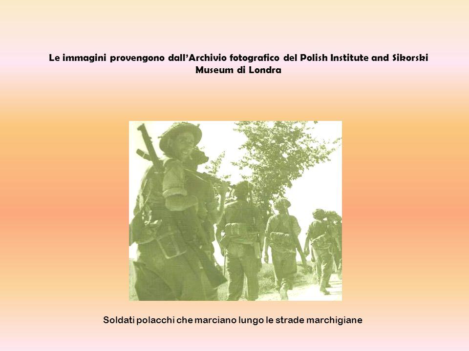 Soldati polacchi che marciano lungo le strade marchigiane