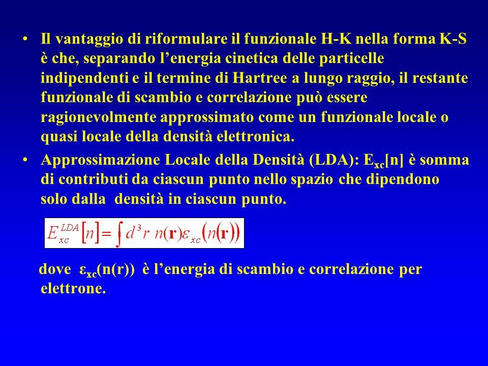 Il vantaggio di riformulare il funzionale H-K nella forma K-S è che, separando l'energia cinetica delle particelle indipendenti e il termine di Hartree a lungo raggio, il restante funzionale di scambio e correlazione può essere ragionevolmente approssimato come un funzionale locale o quasi locale della densità elettronica.