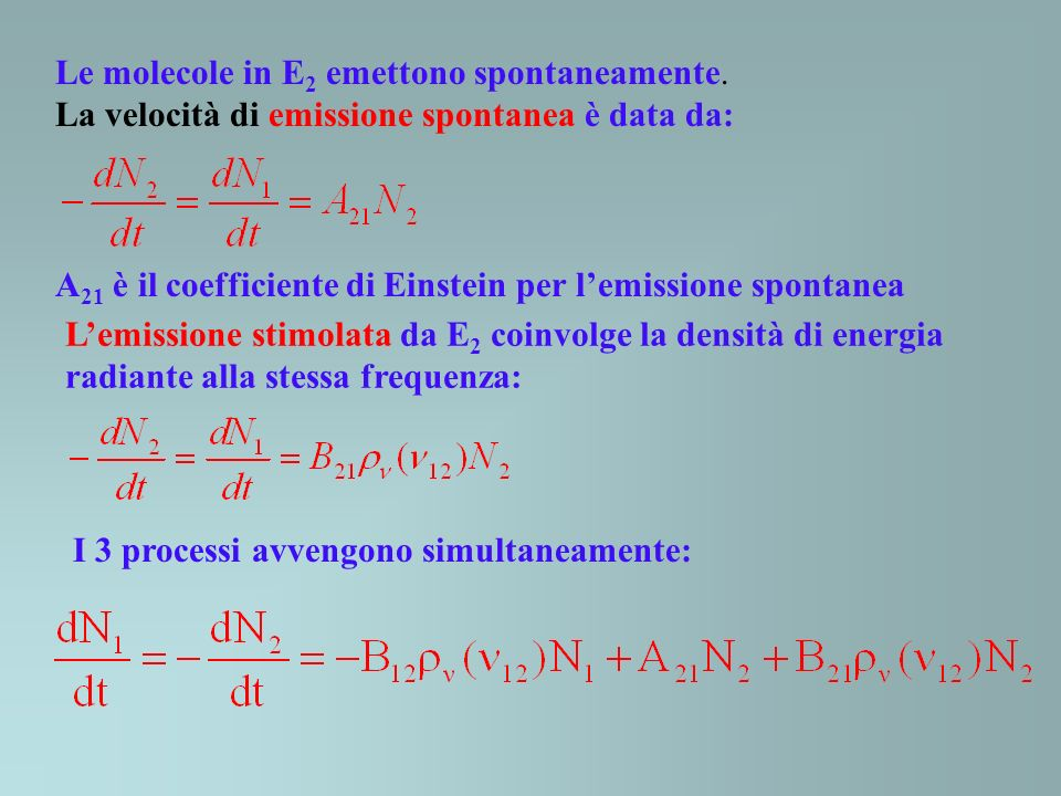 Le molecole in E2 emettono spontaneamente.
