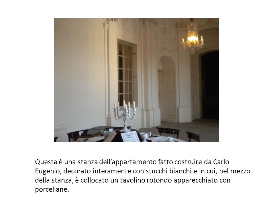 Questa è una stanza dell'appartamento fatto costruire da Carlo Eugenio, decorato interamente con stucchi bianchi e in cui, nel mezzo della stanza, è collocato un tavolino rotondo apparecchiato con porcellane.
