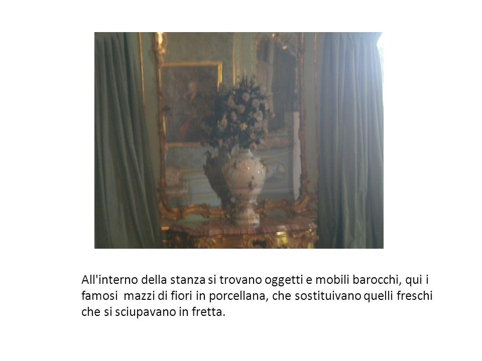 All interno della stanza si trovano oggetti e mobili barocchi, qui i famosi mazzi di fiori in porcellana, che sostituivano quelli freschi che si sciupavano in fretta.