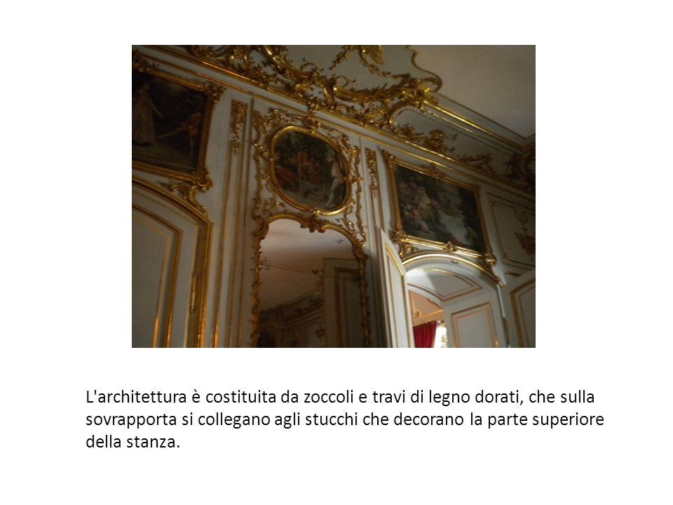 L architettura è costituita da zoccoli e travi di legno dorati, che sulla sovrapporta si collegano agli stucchi che decorano la parte superiore della stanza.