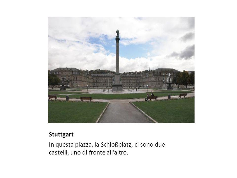 Stuttgart In questa piazza, la Schloßplatz, ci sono due castelli, uno di fronte all'altro.