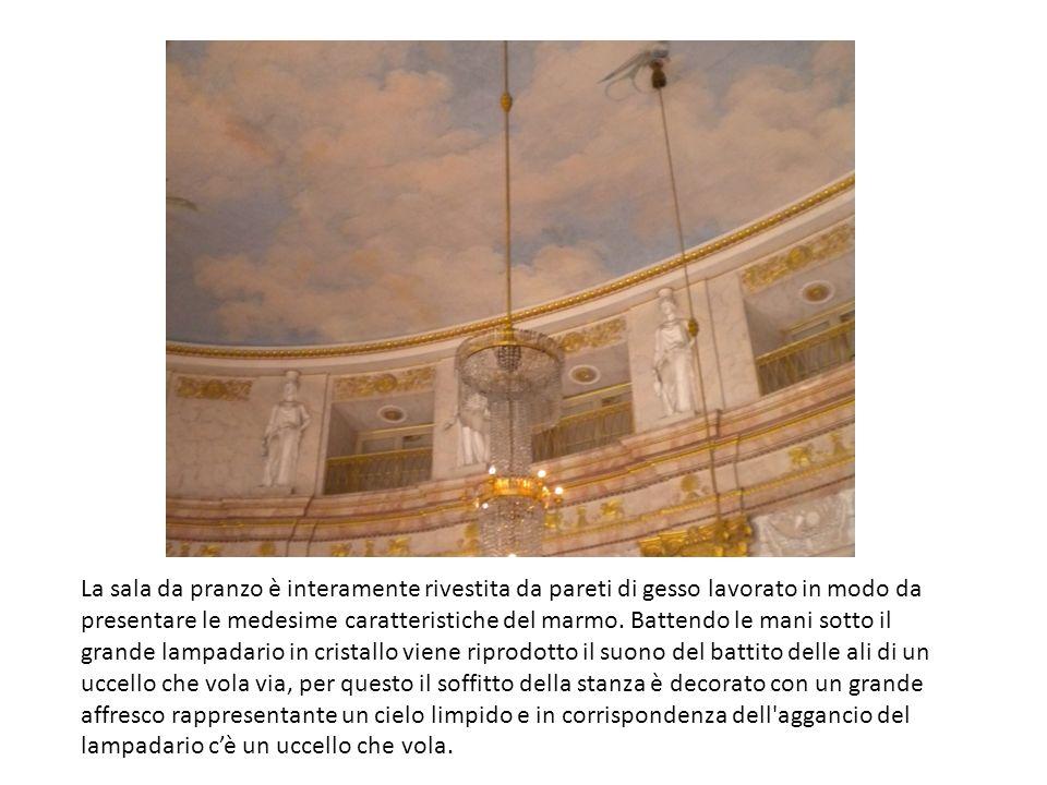 La sala da pranzo è interamente rivestita da pareti di gesso lavorato in modo da presentare le medesime caratteristiche del marmo.