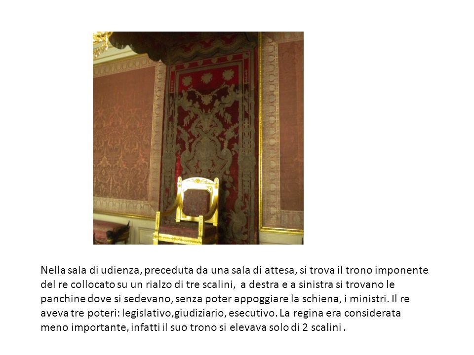 Nella sala di udienza, preceduta da una sala di attesa, si trova il trono imponente del re collocato su un rialzo di tre scalini, a destra e a sinistra si trovano le panchine dove si sedevano, senza poter appoggiare la schiena, i ministri.