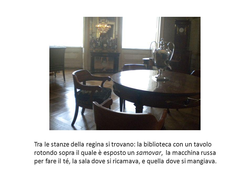 Tra le stanze della regina si trovano: la biblioteca con un tavolo rotondo sopra il quale è esposto un samovar, la macchina russa per fare il té, la sala dove si ricamava, e quella dove si mangiava.