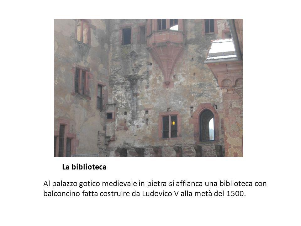 La biblioteca Al palazzo gotico medievale in pietra si affianca una biblioteca con balconcino fatta costruire da Ludovico V alla metà del 1500.