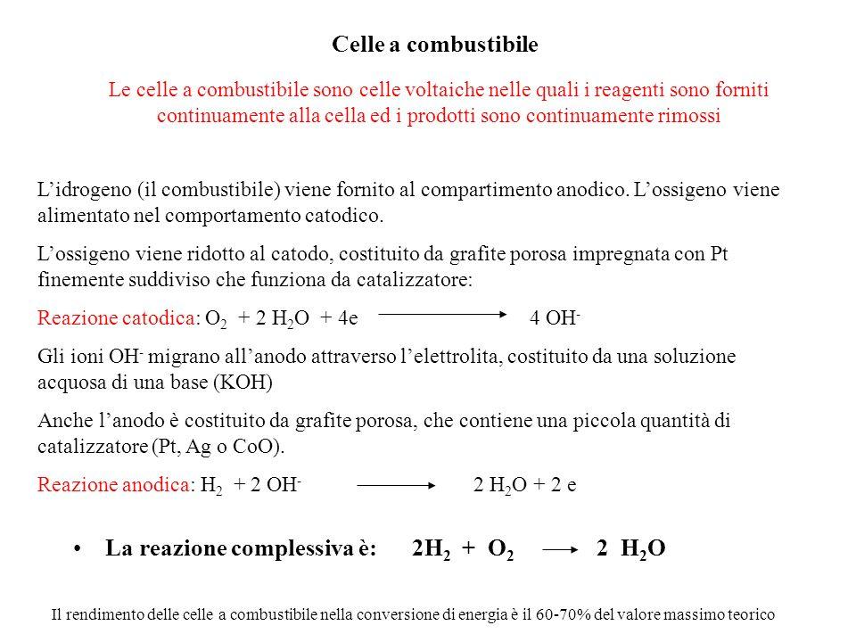 La reazione complessiva è: 2H2 + O2 2 H2O