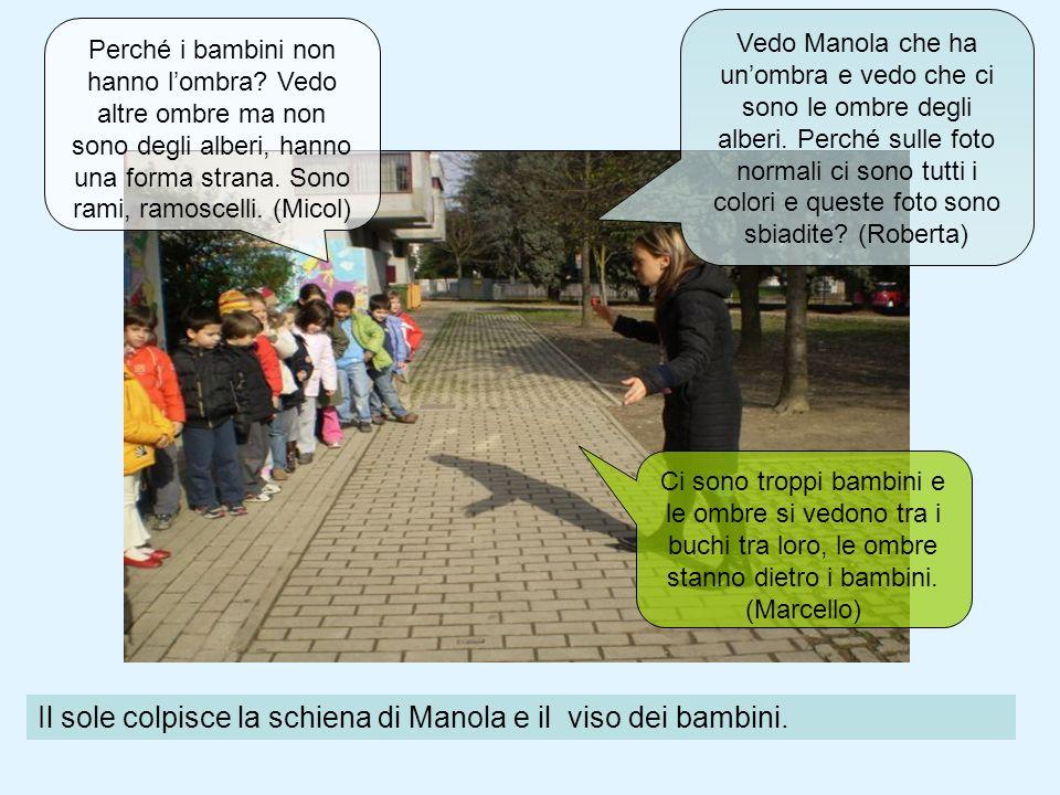 Il sole colpisce la schiena di Manola e il viso dei bambini.