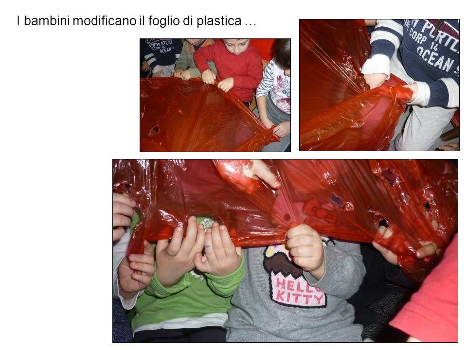 I bambini modificano il foglio di plastica …