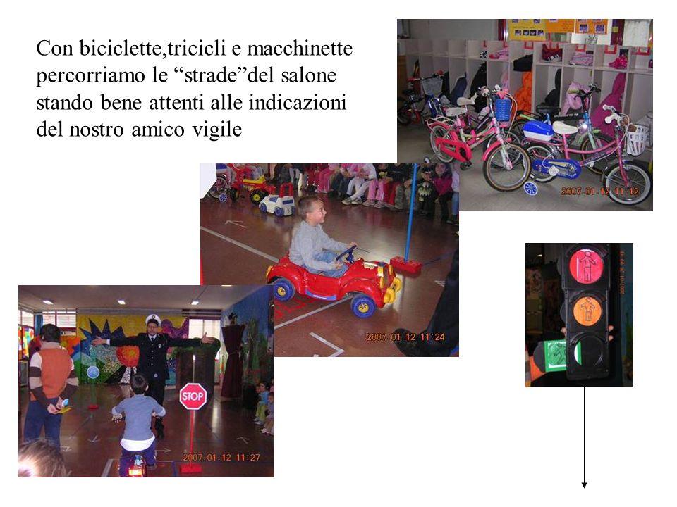 Con biciclette,tricicli e macchinette percorriamo le strade del salone stando bene attenti alle indicazioni del nostro amico vigile