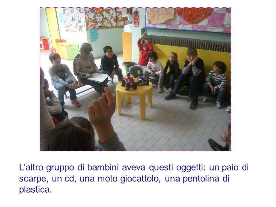 L'altro gruppo di bambini aveva questi oggetti: un paio di scarpe, un cd, una moto giocattolo, una pentolina di plastica.