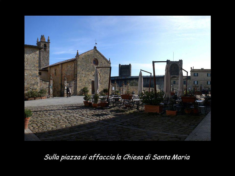 Sulla piazza si affaccia la Chiesa di Santa Maria