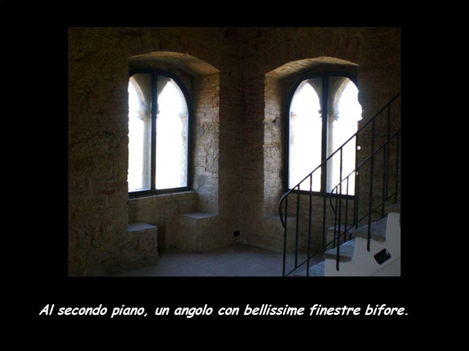 Al secondo piano, un angolo con bellissime finestre bifore.